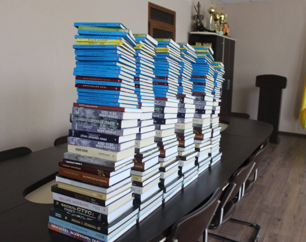 Герой України подарував кожній школі та селищній бібліотеці комплект різноманітних книг