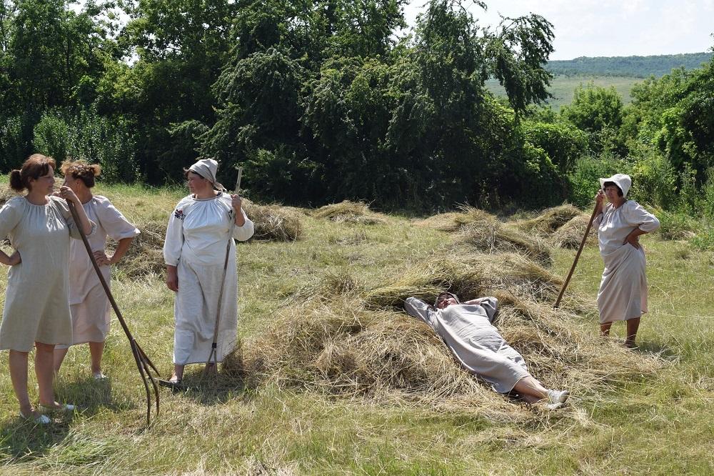 Жителі села на Одещині до марафону «30» представили історичну реконструкцію сінокосу