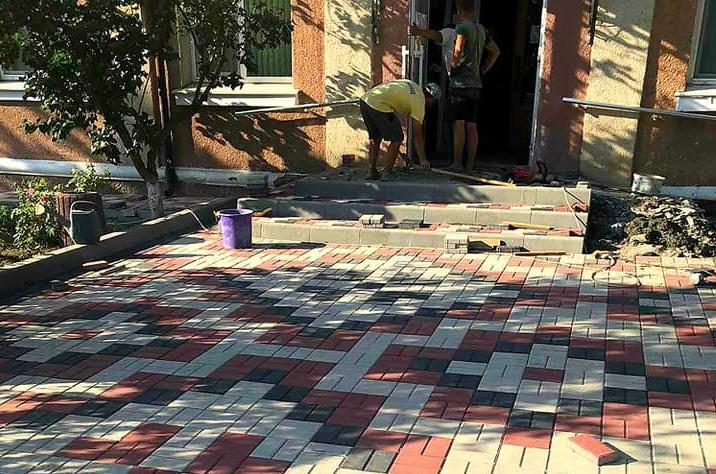Селище на Одещині поринуло у світ мистецтва: тротуари мостять в орнаментах вишиванок (фото)
