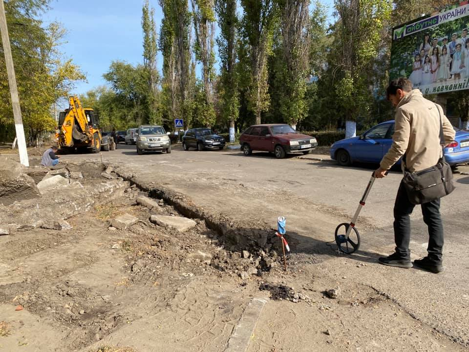 По вулиці Добровольського  за кошти обласного бюджету ремонтують дорогу до лікарні